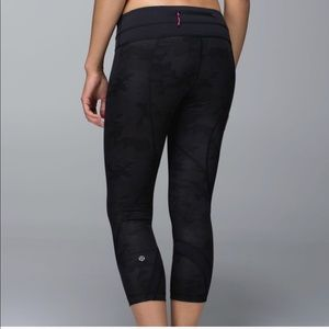 Lululemon black camo run inspire crop size 6